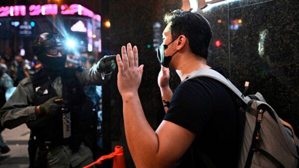 """香港沦为警察国家 美议员推""""如水法案""""加码制裁"""