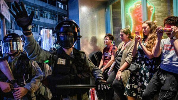 """香港警察被""""缴枪""""?高层失权内幕曝光"""
