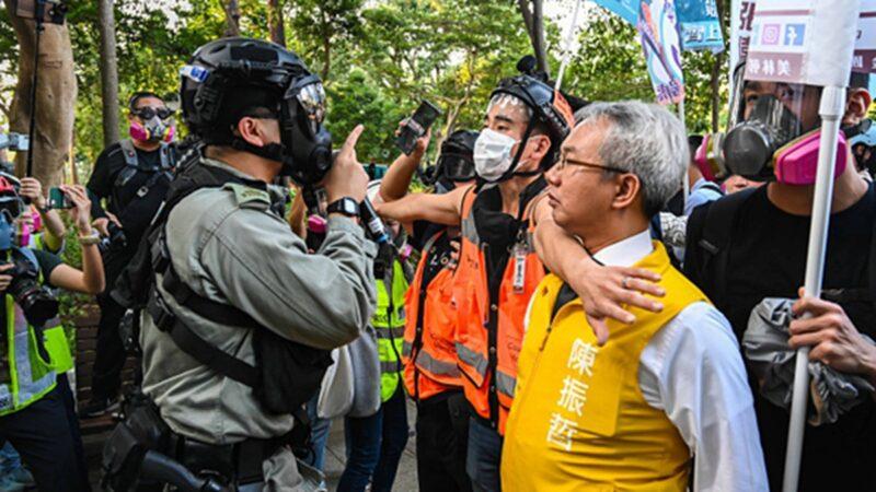 组图:港警暴力干预选举 抓3候选人及200多人