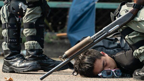震撼弹、冲锋枪、突击步枪 港警用各式武器攻击