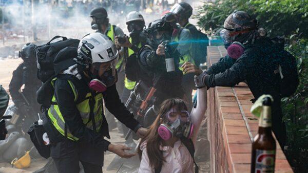 """理大抗争学生:遭""""普通话""""警察殴打 威胁鸡奸"""