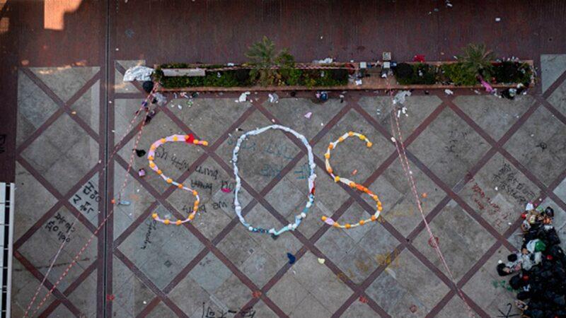 香港理大围困5天断水断粮 抗争者摆出SOS