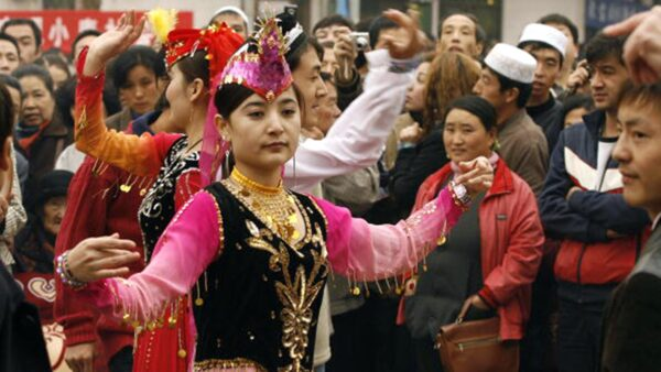 新疆女街头跳舞后被警车拉走 外国观察员被骗惨