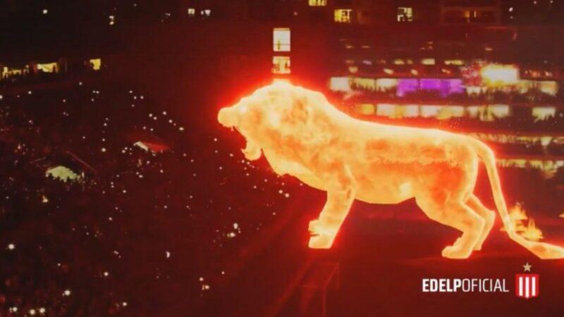 """全场震撼!阿根廷球场惊现巨大全息投影""""火焰狮""""(视频)"""