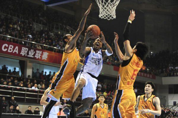 中国职篮法籍球员未看五星旗挨罚 网民吐槽