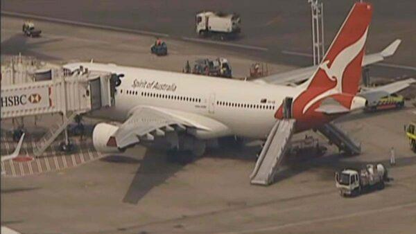 澳航班机故障折返 乘客逃生紧急滑梯疏散