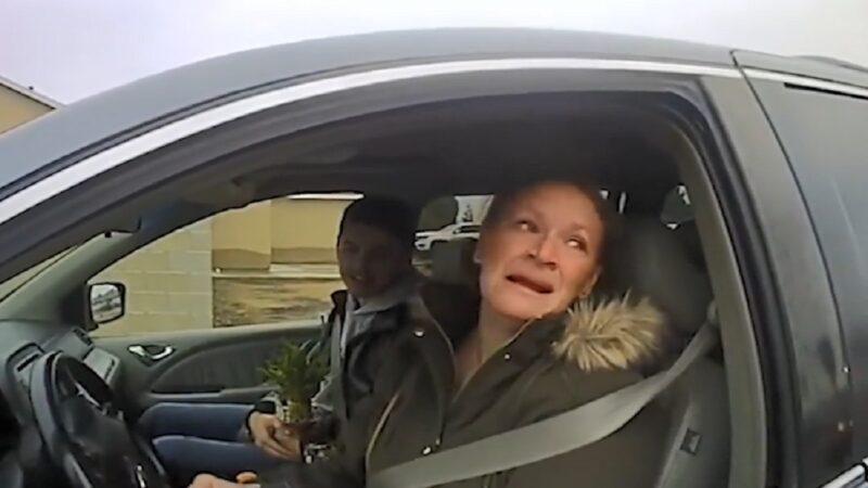 圣诞前夕 警察鸣笛拦车竟不开罚单 驾驶人激动哭了!(视频)