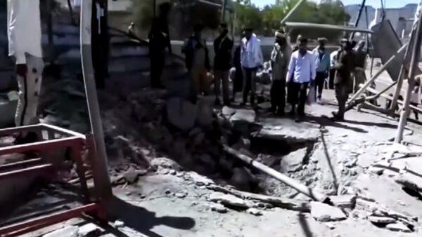 也門親政府新兵結業式 遭火箭炸出大洞釀7死25傷