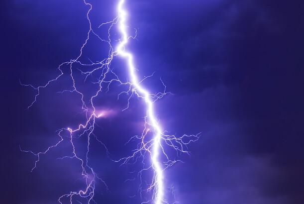现代聊斋故事:追着她打的雷