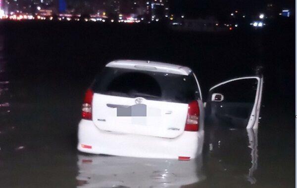 母子疑争吵 汽车失控冲入淡水河