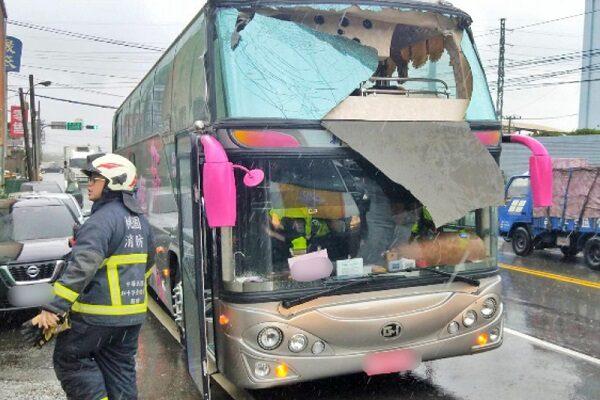 疑驾驶疏忽 游览车撞限高杆12乘客伤