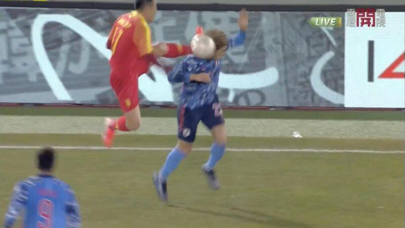 中国球员狠踹对手后脑 被指球场杀人(视频)