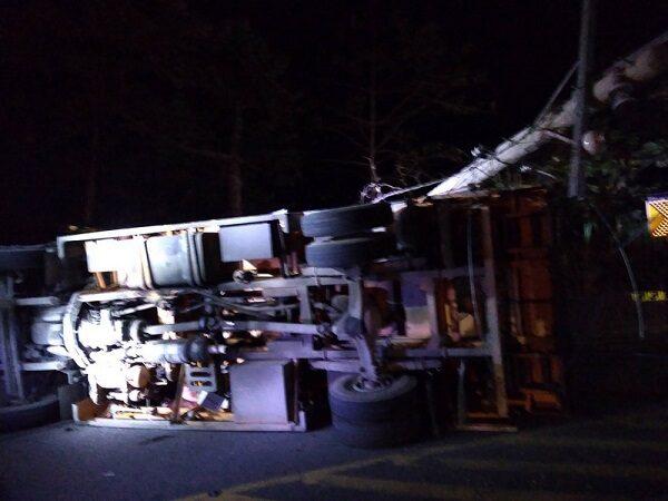 工程車煞車失靈 阿里山公路翻覆1死1傷