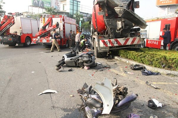 台南水泥车刹车失灵 擦撞车辆骑士被压轮下酿1死5伤