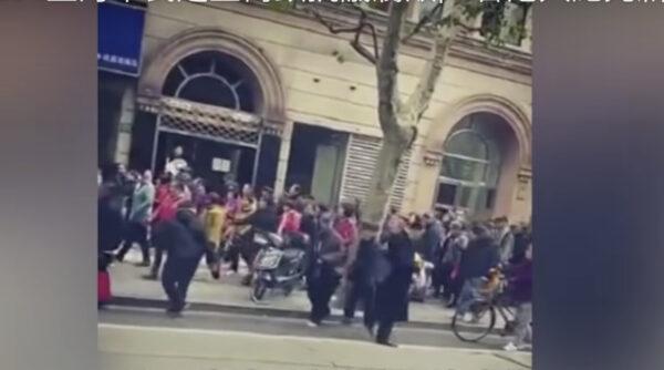 """网传大批上海市民走上街头 高呼""""打倒腐败""""(视频)"""