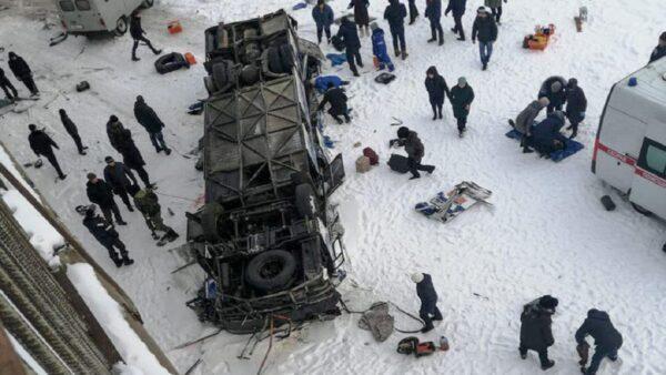 俄罗斯西伯利亚巴士爆胎 坠入冰河酿19死21伤