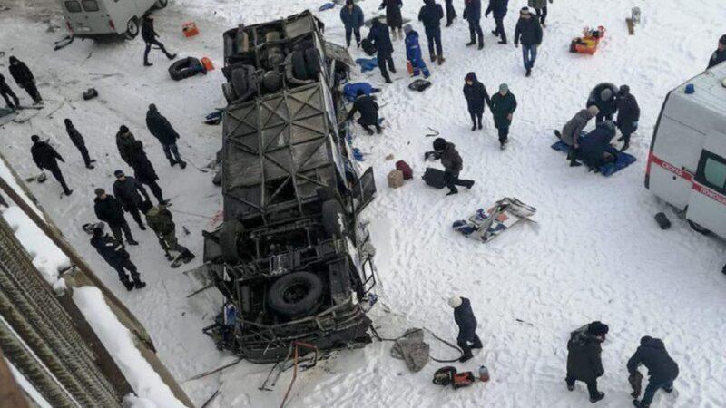 俄羅斯西伯利亞巴士爆胎 墜入冰河釀19死21傷