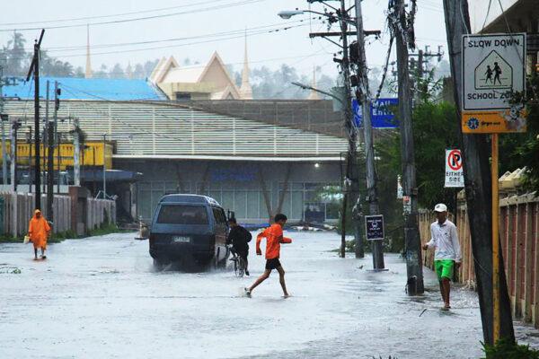 台风北冕肆虐菲律宾 马尼拉机场关闭20万人撤离