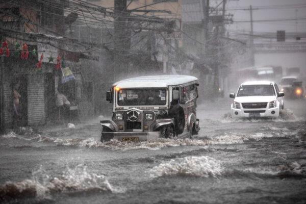 台风北冕登陆菲律宾 酿10死逾34万人撤离