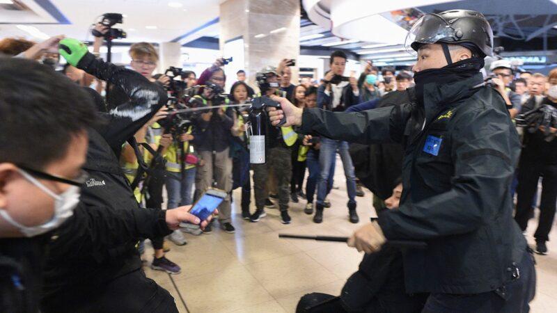林郑赴京后院起火 港警狂射催泪弹多人被抓