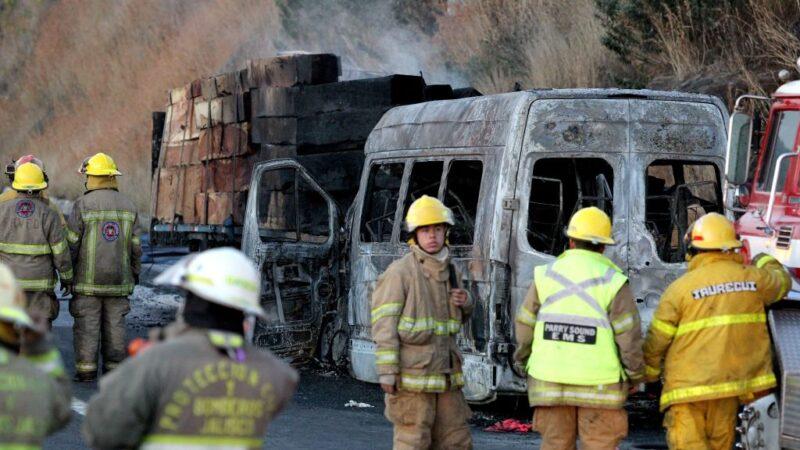 墨西哥公路厢型车撞卡车起火燃烧 至少14死12伤