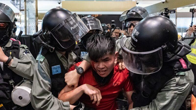 港警恐袭实录:警棍爆打盾牌疑割脖子染血(视频)