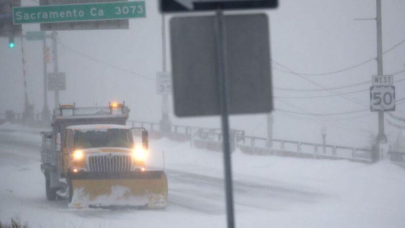美国多州遭暴风雪至少7死 逾800航班取消