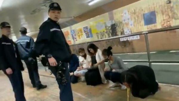 香港孕婦被逼跪地嘔吐 港警冷眼訓斥(視頻)