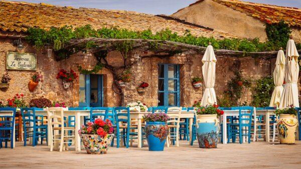 一对小夫妻出国旅游 顺手花1欧元买了一栋房