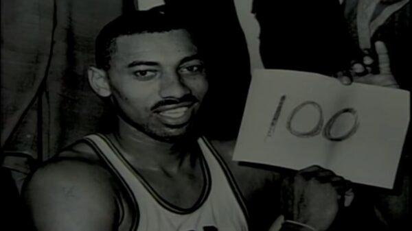 單場拿百分的籃球巨人——體壇難忘瞬間(四)