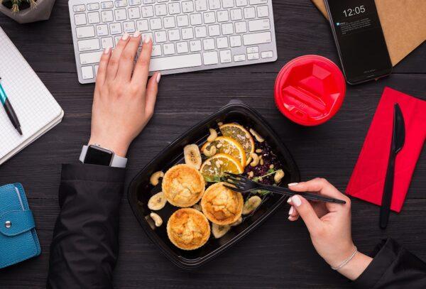 在办公桌上吃午餐不利健康