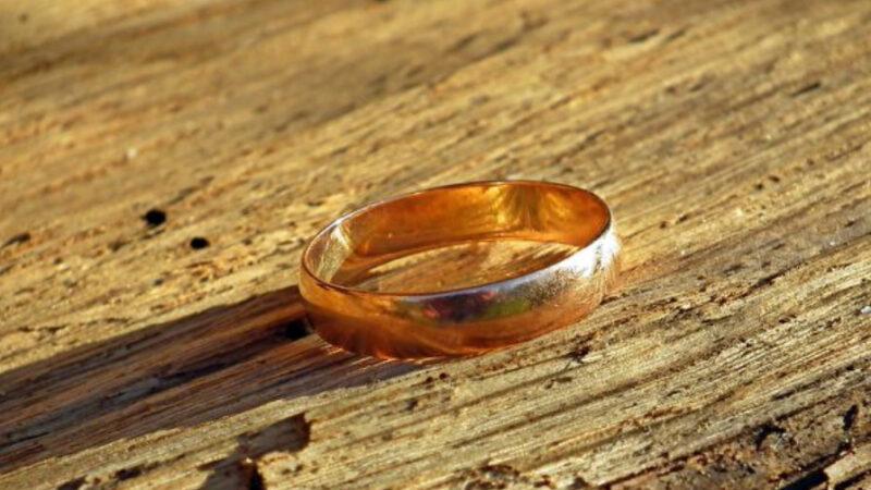 結婚戒指丟失40年重見天日 水管工無償尋寶終成功(組圖)