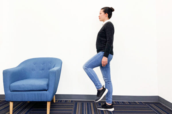 单脚站立:1招防骨松增肌力 有3大好处(组图)