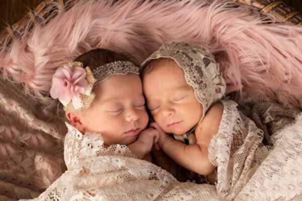 雙胞胎姊妹抱緊睡覺還微笑 互相陪伴安心又幸福(視頻)