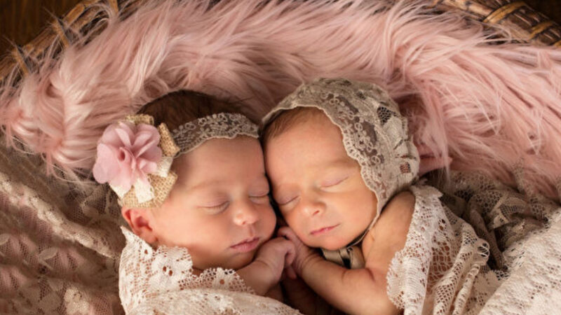双胞胎姊妹抱紧睡觉还微笑 互相陪伴安心又幸福(视频)