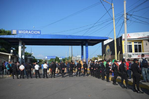 中美洲移民借道墨西哥 邊境橋梁攔下1500人(視頻)