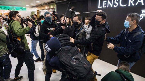 港警表演自行倒地 被壓制男子遭控襲警(視頻)