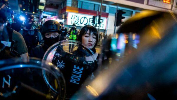 港警打响新年第一枪 作家邓小桦中弹流血