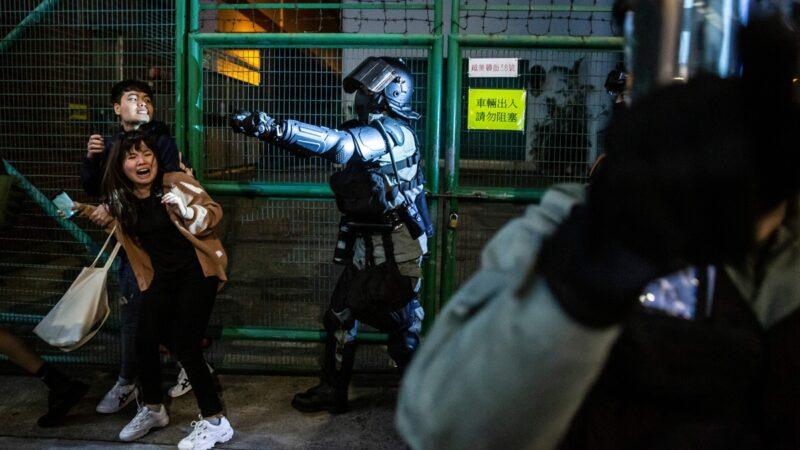 深夜陪女友张贴连侬墙 一名港警被捕