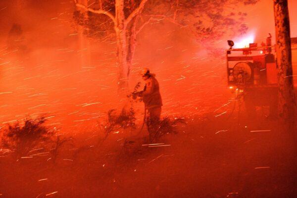 炼狱野火染红天色 澳洲出动两栖登陆舰驰援