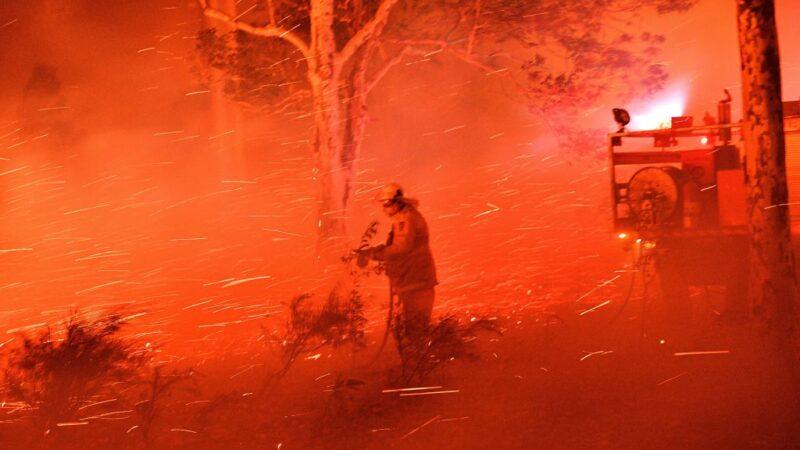 煉獄野火染紅天色 澳洲出動兩棲登陸艦馳援