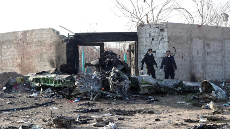 飞乌克兰客机坠毁伊朗 残骸熏黑176人全罹难