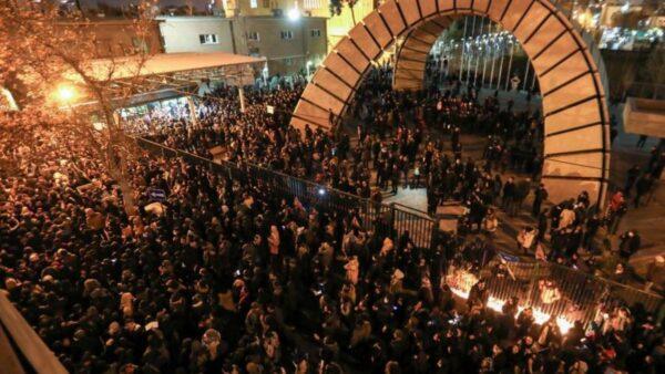 伊朗击落民航引发国内震撼示威 川普波斯语发文声援