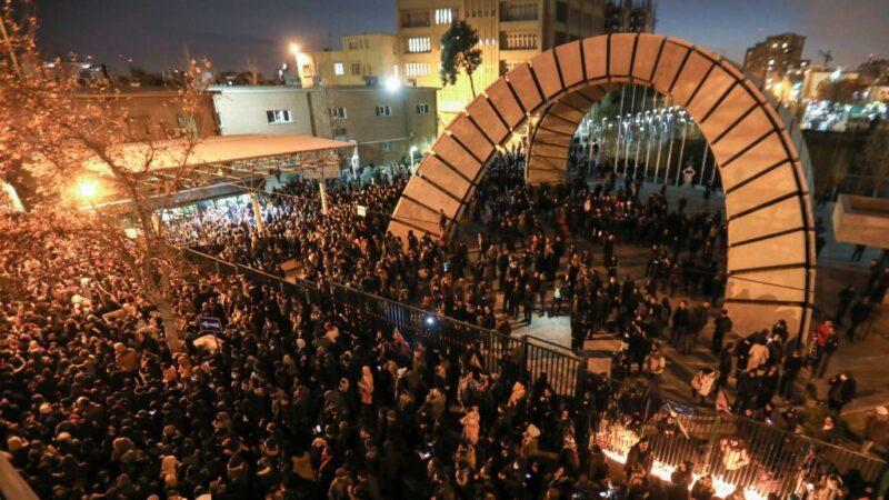 伊朗民众上街示威 视频曝安全部队开枪(视频)