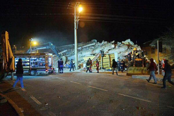 土耳其6.8强震至少18死逾500伤 房屋倒塌灾情严重