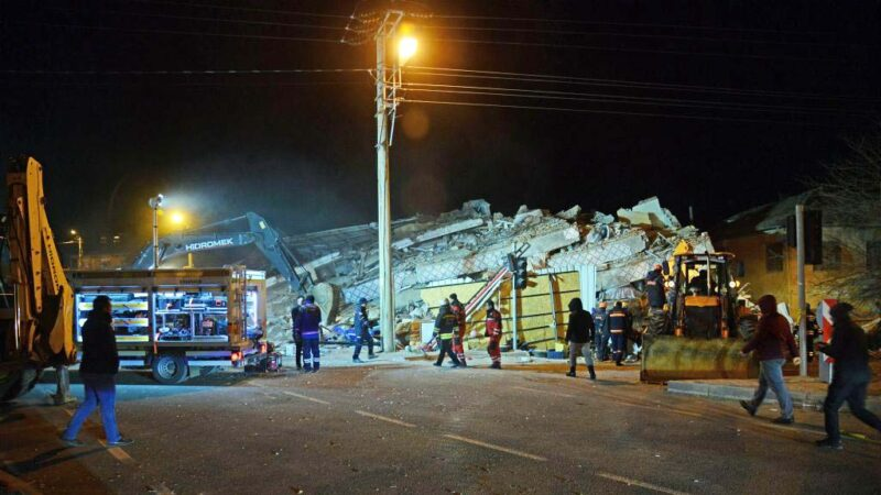 土耳其6.8強震至少18死逾500傷 房屋倒塌災情嚴重