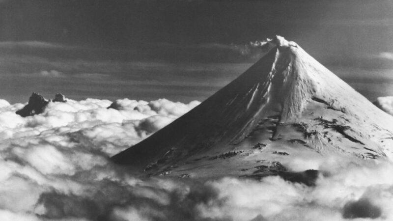 阿拉斯加火山爆发直冲约8千公尺高 飞航发出红色警戒