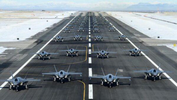 震慑伊朗?美52架F35隐形战机空中漫步