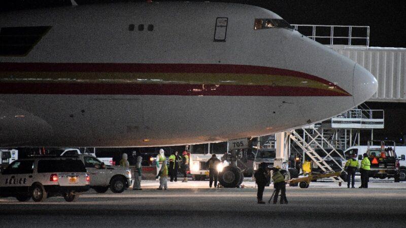 武汉撤侨飞机抵美 乘客欢呼归国