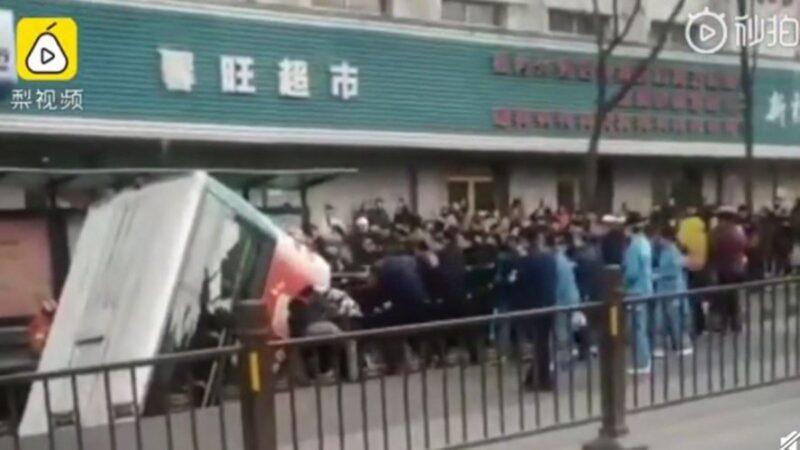 青海西宁大街突塌陷 整部公车栽进去 10人失踪